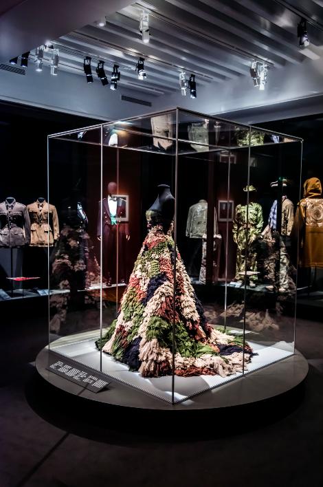 """Robe Gaultier Paris exposée au Musée de l'Armée dans le cadre des """"Canons de l'elégance"""""""